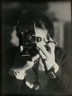 Mirrors, Masks and Spaces. Self-portraits by Women Photographers in the twenties and thirties. ◊ Jeu de Paume / le magazine