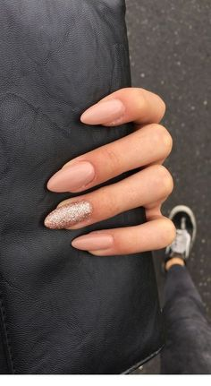 If you don't like fancy nails, classy nude nails are a good choice because they are suitable for girls of all styles. And nude nails have been popular in recent years. If you also like Classy Nude Nail Art Designs, look at today's post, we have col Cute Gel Nails, Cute Nail Art, Fancy Nails, Gel Nail Art, Trendy Nails, Nail Polish, White Sparkle Nails, Sparkly Nails, Hair And Nails
