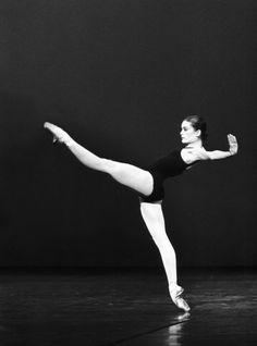 """Un ballet qu'Aurélie Dupont, alors dans le Corps de Ballet, apprend simplement en regardant les danseuses répéter. Elle sera distribuée au pied levé, pour remplacer les trois étoiles blessées qui interprétaient le rôle en alternance. """"Balanchine est l'un de mes chorégraphes préférés, j'apprécie sa musicalité, la pureté de ses chorégraphies""""."""