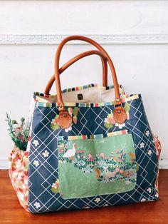 Cream Craft: Multi Tote Bag - Strawberry Jam for Riley Blake Designs Tote Bags Handmade, Handmade Purses, Handmade Handbags, Handmade Bracelets, Patchwork Bags, Quilted Bag, Tote Handbags, Tote Purse, Fabric Handbags