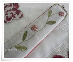 FUNDA DE ABANICO CON BOQUILLA..... Frame Purse, Pin Cushions, Beaded Embroidery, Purses And Bags, Coin Purse, Patches, Quilts, Stitch, Wallet