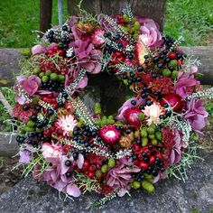 Fantastic Images Funeral Flowers arrangements Tips If that you are organizing or maybe attending, funerals are invariably a somber and in some cases stress fille. Diy Fall Wreath, Xmas Wreaths, Autumn Wreaths, Easter Wreaths, Door Wreaths, Spring Wreaths, Funeral Flower Arrangements, Funeral Flowers, Christmas Pom Pom