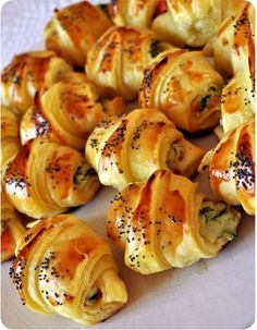 Mini salmon croissant (Croissants au saumon) with smoked salmon (or trout) and herbed goat cheese (or cream cheese). Tapas, Fingers Food, Mini Croissants, Snacks Für Party, Appetisers, Chefs, Food Inspiration, Love Food, Appetizer Recipes