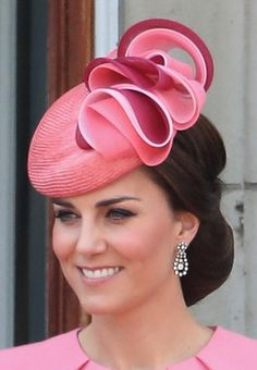 June Duchess Kate of Cambridge with at the Trooping of the Colour, wearing a Jane Taylor 'Seriatopora' hat with pink tonal coin swirls. Duchesse Kate, Herzogin Von Cambridge, Princesa Kate, Estilo Real, Millinery Hats, Cocktail Hat, Fancy Hats, Kate Middleton Style, Wedding Hats