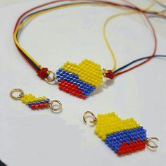 Pulsera  corazón tricolor bandera de Colombia Hemp Bracelets, Friendship Bracelets, Bracelet Patterns, Beading Patterns, Paper Beads, Brick Stitch, Bead Art, Bead Weaving, Seed Beads