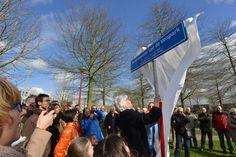 Aan de Thorbeckelaan onthult mevrouw Van de Ven het naambord van het park op 31 maart. Het park is vernoemd naar M.J.H. van de Ven, burgemeester van Etten-Leur van 1988-1999.