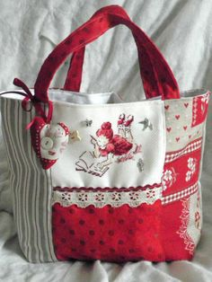 Nice shape like to see it made in blues Sacs Tote Bags, Quilted Tote Bags, Patchwork Bags, Reusable Tote Bags, Sewing Crafts, Sewing Projects, Diy Sac, Handmade Purses, Bag Patterns To Sew