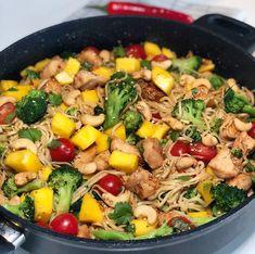 Eksotisk kyllingwok med nudler og mango — Hege Hushovd Thai Recipes, Chicken Recipes, Chapati, Dinner Is Served, Wok, Pulled Pork, Paella, Slow Cooker, Mango