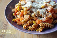 Vollkornnudeln mit Gemüse-Tomatensoße und Cashew-Parmesan standen bei Susanne zum Abendessen auf dem Tisch.