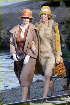 Blake Lively Becomes Burnaby Beach Girl for 'Age of Adaline'!: Photo Blake Lively stands by the water's edge while filming a scene for her upcoming movie The Age of Adaline on Wednesday (April in Burnaby, Canada. Fashion Tv, Art Deco Fashion, Retro Fashion, Vintage Fashion, 1930s Fashion, Movie Costumes, Cosplay Costumes, Chrissy Tegan, Blake Lively Ryan Reynolds