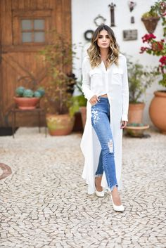 Look calça jeans destroyed, camisa branca maxi longa e scarpin branco. Look thassia naves Dress Over Jeans, Long Shirt Dress, Long Shirt Outfits, Casual Chic, Casual Wear, Casual Outfits, Stylish Dresses, Fashion Dresses, Chic Fall Fashion