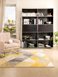Micasa Wohnzimmer mit Regal FLEXCUBE (individuell konfigurierbar) und Sessel MARTI (in anderen Farben und Materialien erhältlich) Mid Century Furniture, Sideboard, Shelving, Carpet, Nursery, Flooring, Awesome, Home Decor, Check