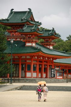 Heian Jingu, Japón - El Santuario Heian es un Santuario shinto situado en la ciudad de Kioto, Japón. El Torii antes de la entrada principal es uno de los más grandes en Japón, y el edificio principal fue diseñado para imitar el Palacio Imperial de Kioto