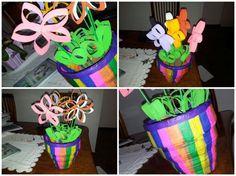 Vaso de jornal com flores feitas de rolinho de papel higiênico
