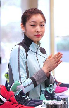 [동아포토]김연아 '피겨여왕이 하면 신발도 가방~' #김연아 #YunaKim