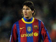Si algo está claro es que, fuera de los terrenos de juego, Lionel Messi no es Maradona. Poco habitual en las salas de prensa, en sus contadas visitas se ha mostrado siempre como ese chico tímido, parco e huidizo. O al menos hasta el lunes, cuando en su última aparición, Leo ya no regateó ante los micrófonos. Ver más en: http://www.elpopular.com.ec/46716-messi-ya-no-regatea-ante-los-microfonos.html?preview=true