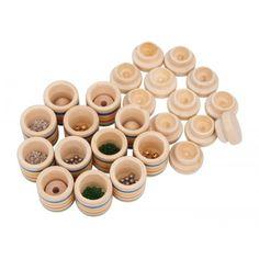 Memo d'ascolto  12 barattoli di legno pregiato con coperchio facile da avvitare-svitare, che mettono alla prova la memoria uditiva e l'attenzione.