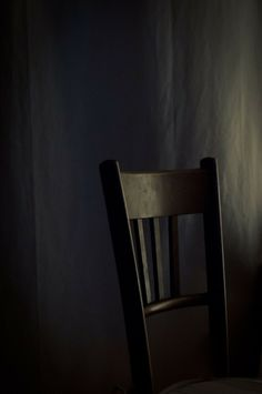 Isabelle Depraz Still Life Wabi Sabi, Dark Interiors, Chiaroscuro, Still Life Photography, Chair Photography, Photography Ideas, Shades Of Black, Light And Shadow, Black Is Beautiful
