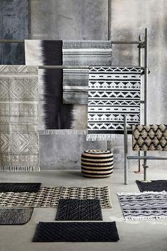 Alfombras en tonos grises y contrastes de blanco y negro para un aire muy nórdico.