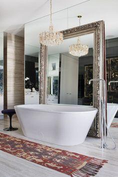 Зеркало в ванную комнату (65 фото): 6 подсказок о том, как определиться с выбором http://happymodern.ru/zerkalo-v-vannuyu-komnatu-80-foto-7-podskazok-o-tom-kak-opredelitsya-s-vyborom/ Зеркальная стена и напольное зеркало  - креативное решение. Принимая ванну, можно наслаждаться своим отражением