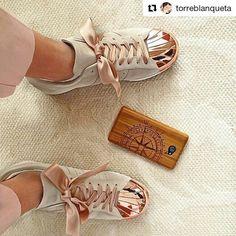 Die liebe @torreblanqueta lässt sich von unserem Kompass Case den Weg ins Wochenende weisen  Vielen Dank für das schöne Foto   New #phonecase and new #ribbon   for my #beloved #shoes #adidas  @adidaswomen #adidassuperstarmetaltoe #superstar80s Have a #gorgeous #saturday!!!  #weeekend #happysaturday #happyweekend #motd #sundayfunday #sneakerhead #sneakerporn #adidassuperstar #ootd #modern #elegant #rosegold #woodcase #kwmobile #pink #gold #custom #customized #diy