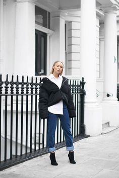 Looking for some outfit inspiration? If so, these easy minimalist outfits are just what you need! Scroll on down to the looks below, and don& forget to tell us which one is your favourite!Look 1 . Jean Outfits, Casual Outfits, Winter Outfits, Street Looks, Padded Jacket, Colourful Outfits, Minimal Fashion, Minimal Chic, Jacket Style