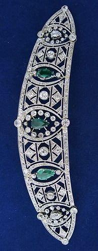 Tiara de esmeralda y diamantes Art Deco, alrededor del año 1920. Diseñado como un grupo de trabajo abierto de motivos geométricos enrejado de diamante, con tres esmeraldas en forma de pera contenidas en ella, montados en platino.