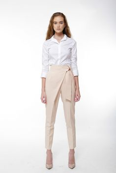 Our fine selection of classy statement trousers offers a wide range of pairing o. Hillary Coalson My Style Our fine selection of classy statement trousers offers a wide range of pairing opportunities as required or desired. This high waist Office Fashion, Work Fashion, Fashion Pants, Daily Fashion, Everyday Fashion, Trouser Suits, Trousers, Pantalon Elephant, Corporate Outfits