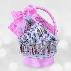 Yenidoğan Bebek Pembe Hediye Sepeti  Yeni doğan kız bebek ailesi olan yakınlarınızın ziyaretine gelen kişilere dağıtabileceği 20 Adet hoşgeldin bebek kurdeleli yıldız şeker şişesi ve 12 Adet hoşgeldin bebek temalı anahtarlıktan oluşan bu muhteşem hediye sepeti sevdiklerinizi mutlu ederken,sepetteki çerçeveyi ise bu mutlu anı ölümsüzleştirdiğiniz resmi koymanız için ekledik.