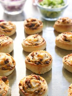 Taco Pizza Rolls - taco meat and cheese rolled up in pizza dough and topped with your favorite taco topping?a great idea to use up leftover taco meat! Taco Pizza Rolls, Thermomix Pan, Taco Roll Ups, Good Food, Yummy Food, Cooking Recipes, Skillet Recipes, Cooking Tools, Pizza Recipes