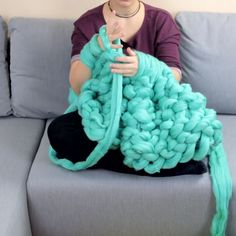 XXL Decke ohne Nadeln stricken With thick wool you knit only with hand and arm your XXL blankie. Instructions and wool: www.Puff Flowers Blanket Crochet Pattern Tutorial ~ this video is not in english, but she does a few things slightly differently t Love Knitting, Finger Knitting, Knitting Yarn, Knitting Patterns, Finger Crochet, Knitting With Hands, Fall Knitting, Knitting Videos, Crochet Videos