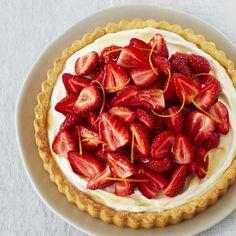 Le mélange entre les fraises et la mascarpone fait tout dans cette tarte. Elle est parfaite pour les fêtes estivales et les rencontres familliales.