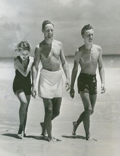 Leslie Howard strolls on a beach in Hamilton, Bermuda accompanied by his children, Leslie Ruth and Ronald July 1935 Old Hollywood Movies, Vintage Hollywood, Hollywood Stars, Classic Hollywood, Hollywood Beach, Leslie Howard, Trevor Howard, Old Movie Stars, Hooray For Hollywood