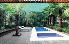 Maciços desordenados de bananeiras e alpínias revelam a tropicalidade do jardim. O deque de itaúba abraça a piscina e se desdobra em um banco. Projeto do paisagista Alex Hanazaki