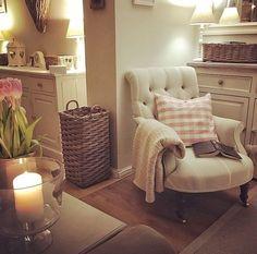 Cottage Living Rooms, Cottage Interiors, Home Living Room, Living Room Decor, Kitchen Living, Casa Hygge, Snug Room, Deco Retro, Home And Deco