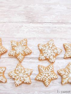 Gingerbread snowflake cookies (actually it's star cookies, decorated like snowflakes) - Snöflingepepparkakor (ja, om man ska vara noga så är det pepparkaksstjärnor, dekorerade som snöflingor...)