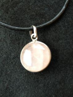 Colgante cuarzo rosa con cordón de cuero. En mis cositas de plata.