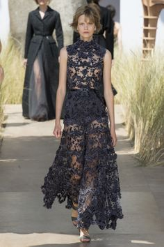 The complete Christian Dior Fall 2017 Couture fashion show now on Vogue Runway. Dior Haute Couture, Christian Dior Couture, Couture Mode, Style Couture, Couture Fashion, Fashion Week, Fashion 2017, Runway Fashion, Fashion Brands