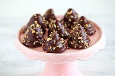 Le fiamme al cioccolato sono dei pasticcini irresistibili che, sotto a uno strato di cioccolato e granella di nocciole, nascondono una base di biscotti sablés e un cuore di morbida ganache montata.