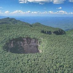 @Regrann from @turistukeando -  #SabiasQue en #Venezuela se encuentra el abismo más grande del mundo?  La cueva sima Humboldt es un sumidero enorme y cueva situada en la cima de la meseta del tepuy Sarisariñama parte del Parque nacional Jaua-Sarisariñama en el Estado Bolívar en Venezuela Se trata del Abismo más grande del Mundo. Es inusual por varias razones incluyendo su enorme tamaño y profundidad su ubicación en la cima de un tepuy cubierto de selva con una parte de la jungla en su base y…
