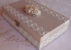 Caixa em MDF forrada em tecido 100% algodão. Revestida com bordado inglês e chatons pérola. Flor em cetim e organza acima da caixa.