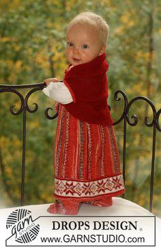 """Strikket Nordisk DROPS sett i """"Fabel"""" og """"Alpaca"""". Settet består av: kjole, bolero med vendinger og sokker. ~ DROPS Design"""