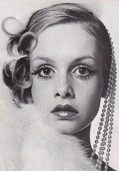 sweetjanespopboutique:  Twiggy photographed by Bill King for the cover of Queen magazine, december 1967. Hair by Michael at Leonard, Make-up...