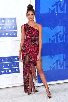 O tapete vermelho - ou branco, no caso - do MTV Video Music Awards costuma ser um show de beleza e neste domingo, 28, não foi diferente. Estrelas como Beyoncé, Amber Rose, Hailey Baldwin e as meninas do grupo Fifth Harmony arrasaram ao chegar no evento com looks cheios de transparências, fendas e decotes.