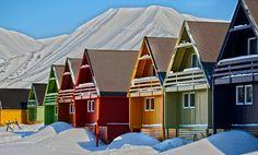 Spitsbergen, en Noruega. Para morirse de frio pero nada se compara con esa linda  y colorida ciudad.