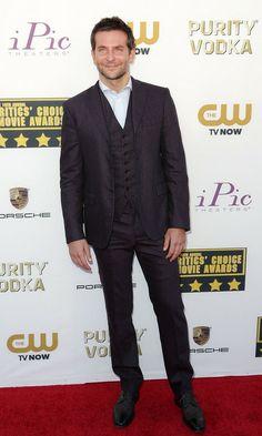 Bradley Cooper in a plum Bottega Veneta suit at the 2014 Critics' Choice Awards | Trend 911