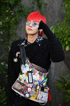 G-Dragon Photos - G-Dragon attends the Chanel show as part of the Paris Fashion Week Womenswear Spring/Summer 2018 on October 3, 2017 in Paris, France. - Chanel : Photocall - Paris Fashion Week Womenswear Spring/Summer 2018