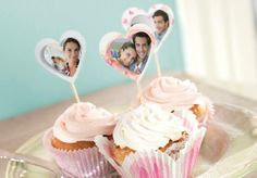 Foto.at-Valentinstags-Geschenk-Tipp. Rezept-Tipp zum Valentinstag: köstliche Muffins / Himbeer-Joghurt-Cupcakes  Rezept zum Herunterladen: http://www.foto.at/themenwelten/valentinstag.html #valentinstag #fotogeschenk #fotoat #diy #rezept #muffins #geschenktipp