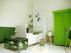 Biało-zielony pokój dla dziecka ze skrzynią z recyklingu (24302)