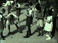 VOORWERPEN EN GEBRUIKEN, leven in de tijd van TOEN  Spelende schooljeugd (1940)  Buitenspelen in de 21ste eeuw: www.kommee.com | Buitenspelen